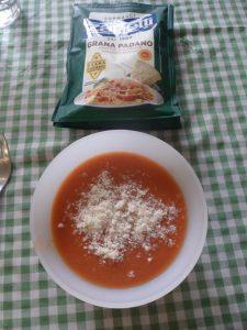 Gazpacho de fresas con parmesano