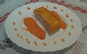 Pastel de merluza con salsa de piquillos