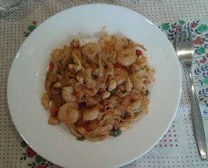 Fideos de arroz con gambas, pollo y salsa de soja