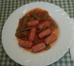 Salchichas mini con tomate y judías planas