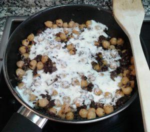 Tartaleta de pasta filo con garbanzos, morcilla y salsa de yogur