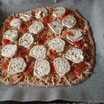 Pizza integral de pollo y queso de cabra