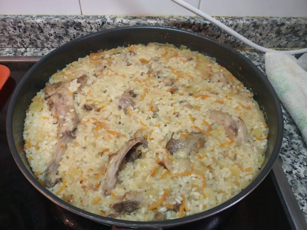 Conejo con arroz