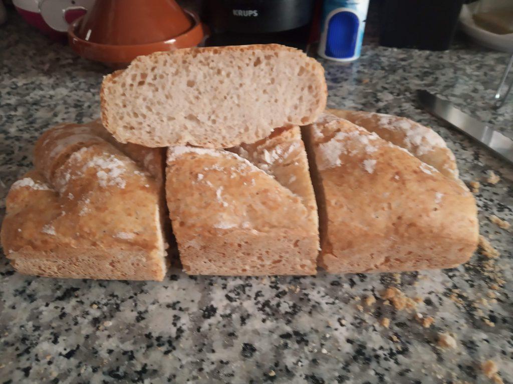 Pan alargado casero. Crujiente por fuera y tierno por dentro.