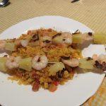 Migas caseras con verdura su chorizo y brochetas de langostinos con piña