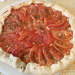 Tarta de cebolla con queso y tomate